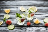 Fotografie Erhöhte Ansicht köstliche Erdbeer mojito cocktail in Gläser auf Holztisch