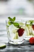 Fotografie köstliche Erdbeer Mojito cocktail in Gläser auf Holztisch