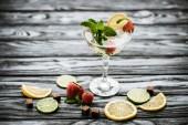 Fotografie köstliche Erdbeer Mojito cocktail im Glas auf Holztisch