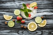 Fotografie Draufsicht der frischen Erdbeer Mojito cocktail im Glas auf Holztisch