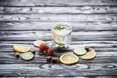 Fotografie frische kalte Limonade in Glas und reif Reife Erdbeeren auf Holztisch