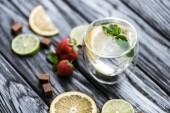 vergrößerte Ansicht des köstlichen kalten Sommer-cocktail im Glas auf Holztisch