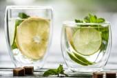 Nahaufnahme von zwei Gläser mit frischen kalten Mojito cocktail auf Tisch