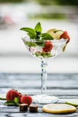 Nahaufnahme von frischem Sommercocktail mit Früchten und Minze im Margarita-Glas