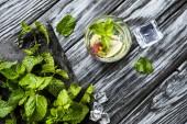 Fotografie pohled shora čerstvé jahody a kiwi Mojito ve skle na dřevěný stůl
