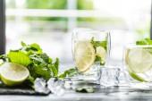 Nahaufnahme von Gläsern mit kalten Sommer-cocktail und Zutaten auf Theke