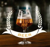 Photo glass of fresh cold delicious beer on wooden table in pub with oktoberfest beer lettering