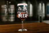 Fotografie Sklenka čerstvé studené lahodné pivo na dřevěný stůl v hospodě s inspirací chytré lidi pít dobré pivo