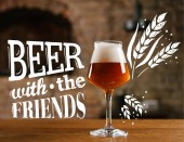 Detailní pohled čerstvé točené pivo ve skle na dřevěný stůl v baru s inspirací pivo s přáteli
