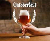 részleges kilátás a személyi pohár friss hideg sör a pub oktoberfest betűkkel