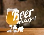 lahodné čerstvé pivo s pěnou ve skle na dřevěný stůl v baru s nápisem piva Oktoberfest