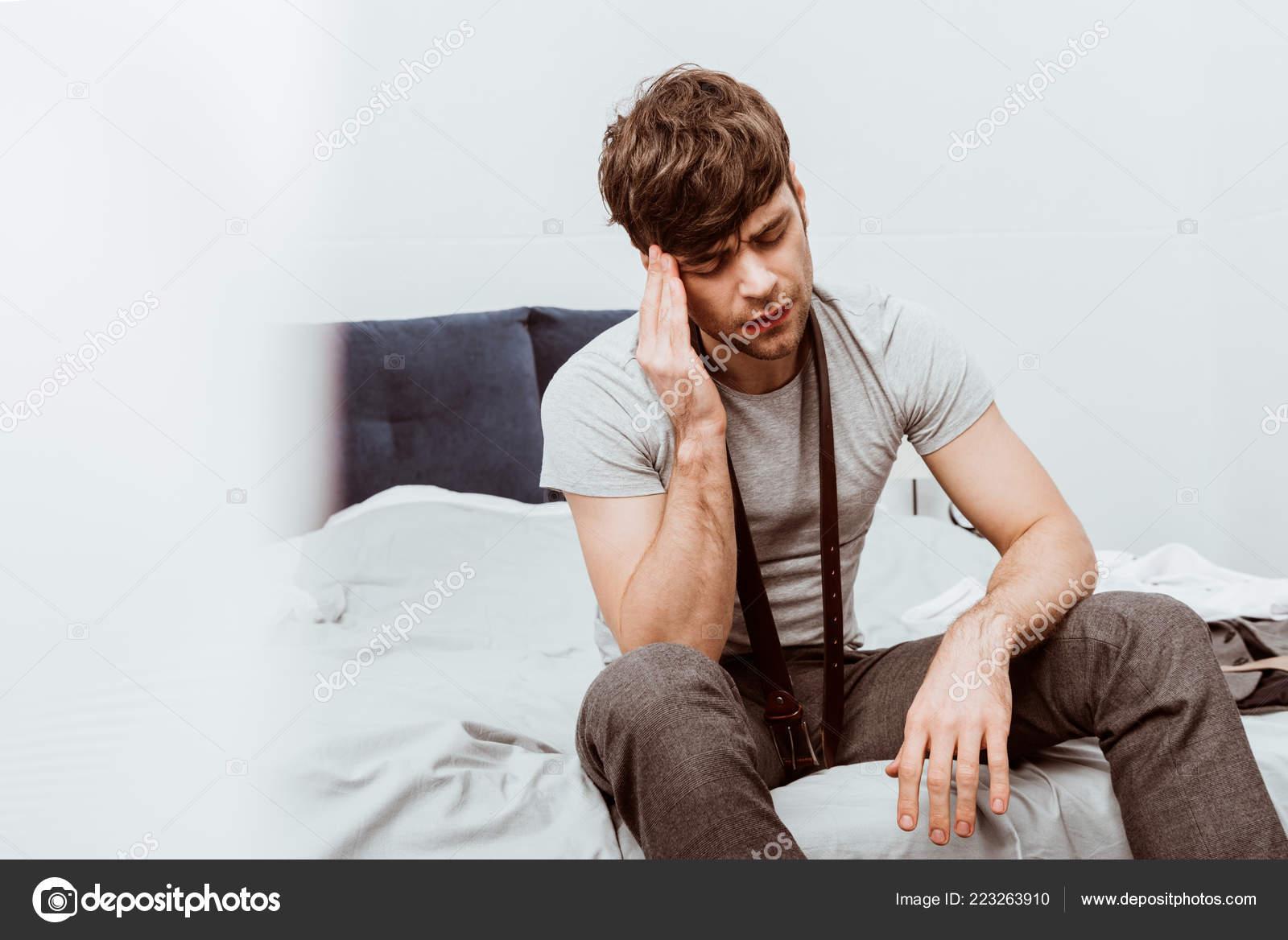 8cad0711b3d Beau Jeune Homme Affaires Avec Ceinture Cou Assis Sur Lit — Photo