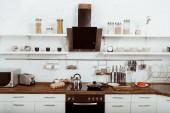 Fotografie Selektivní fokus interiéru moderní kuchyň s pánev a konvici na vařič