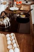 vysoký úhel pohled pánev s míchanými vajíčky na sporáku v kuchyni
