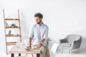 zaměřil podnikatel sedí na stole a pracovat na notebooku v úřadu