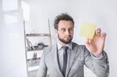 koncentrált üzletember pont, öntapadó jegyzetet a office portréja