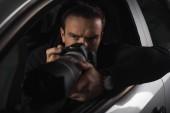 Geballte Paparazzi-Bespitzelung mit Objektglas aus seinem Auto