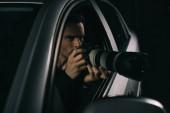 Paparazzi überwachen ihn von seinem Auto aus per Kamera