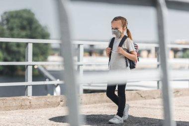 okul çantası ile köprüde, hava kirliliği kavram yürümeye koruyucu maske çocuk