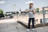 Fényképek gyermek védő maszk segítségével tabletta, levegő szennyezés fogalma