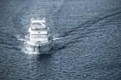 Letecký pohled na bílé lodi plující na modré moře