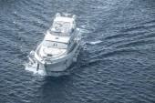 bílá loď plující na modré moře