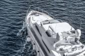 Fotografie Letecký pohled na bílé jachtě plující na modré řece