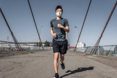 Asya genç koruyucu maske köprüde, hava kirliliği kavramı çalıştıran