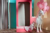 Fotografie leere Rosa dekorative Box mit Pfeil und Bogen Einhorn mit rosa Ballons