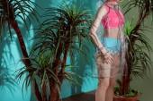 Fényképek övben lövés a női modell stúdió pózol átlátszó esőkabát