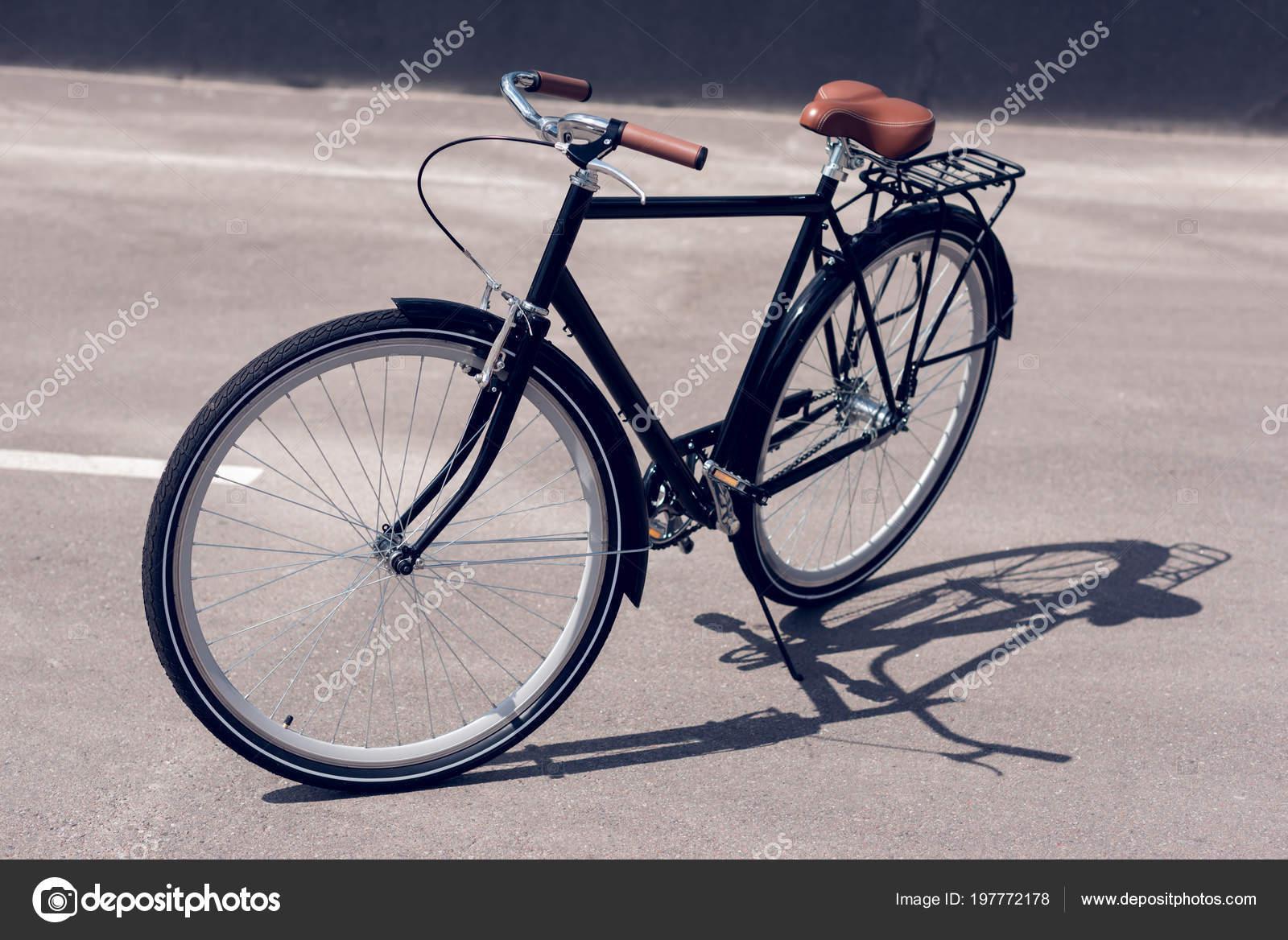 Nahaufnahme Des Retro Fahrrad Auf Der Straße Geparkt — Stockfoto ...