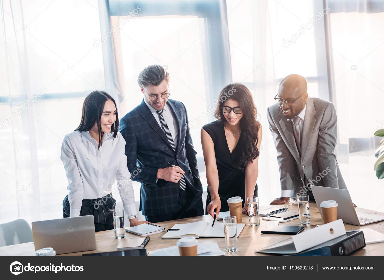 オフィスでのビジネス会議を持つビジネス人々 の多文化笑顔 — ストック
