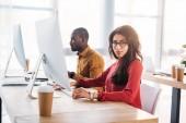 boční pohled na africké americké obchodní lidí pracujících na pracovišti v úřadu
