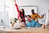 Happy mnohonárodnostní obchodní tým pracuje na projektu spolu v kanceláři
