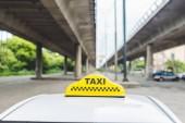 Detailní pohled žluté taxi znakem nad kabinou