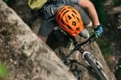 Fotografie pohled na mužské extrémní cyklista v helmě, jízda na horském kole