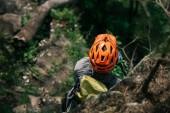 Fotografie pohled z vysoké úhlu mužských Traveler v ochranné přilbě stojící v lese