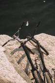 Fotografie pohled ze dvou horská kola na skalnatém útesu nad řekou