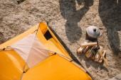 magas, szög, Kilátás turisztikai sátor, axe, naplók, bogrács és árnyék ember a földön