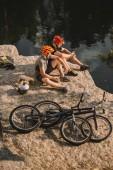magas szög kilátás próba bringások nyugalmi naplók, bogrács és hegy közelében ciklusok sziklás sziklán folyón