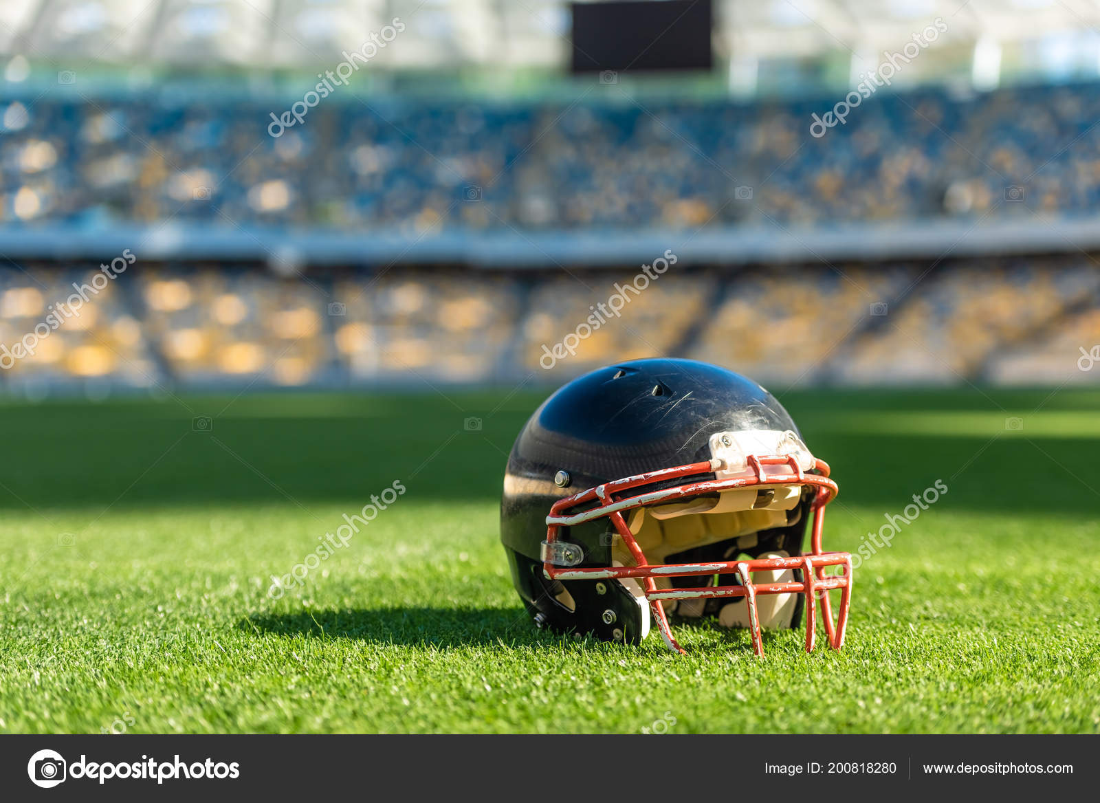 Nahaufnahme Der American Football Helm Auf Dem Grünen Rasen