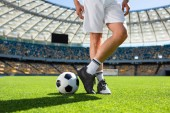 Schnittwunde an Fußballer, der mit Ball im Sportstadion steht