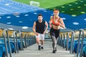 Fotografie Vogelperspektive Anzeigen von jungen Fit Ehepaar Joggen im Obergeschoss im Sportstadion