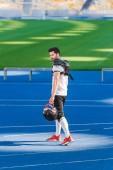 Fotografie mladý americký fotbalista stál osamocen na sportovní stadion