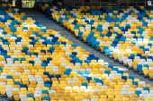 üres színes stadion tribunusok a lépcsőn
