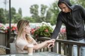 žena chytil muž, který ukradl její smartphone na terase restaurace