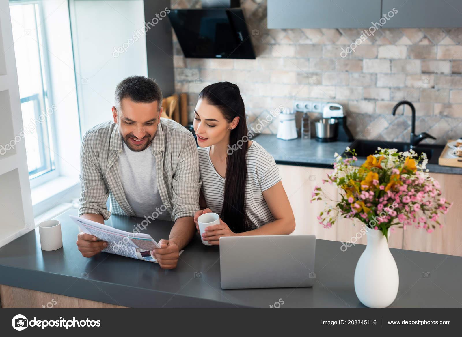 Ritratto sorridere sposato giornale della lettura delle coppie