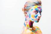 Fotografie attraktive Mädchen mit bunten hellen Körperkunst Blick auf Kamera isoliert auf weiß