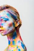 oříznutý obraz atraktivní dívka s barevnými světlé bodyart při pohledu na fotoaparát izolované na bílém
