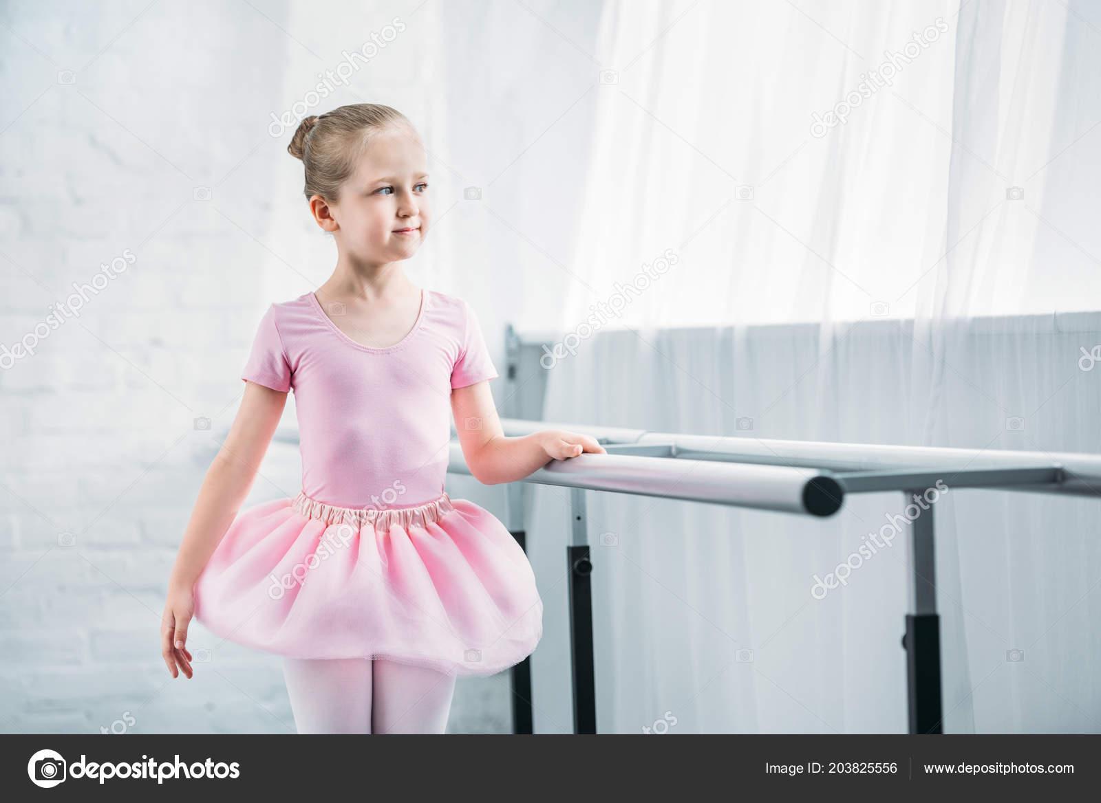dfbdad32e21 Όμορφο Παιδί Ροζ Τουτού Εξάσκηση Μπαλέτο Και Αναζητούν Μακριά Στη — Φωτογραφία  Αρχείου
